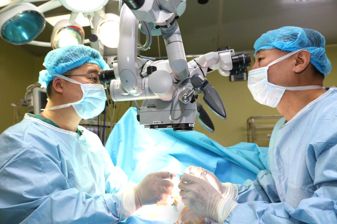 男子被机器挤断手掌,烟台山医院创新采用外踝前静脉网移植技术接活断手
